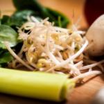 もやしダイエットの簡単レシピ。1位は卵入りスープや、レンジで出来るチャプチェ?